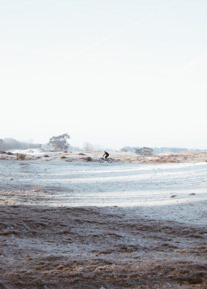 Eenzame mountainbiker op de heide